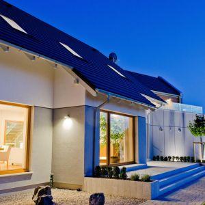"""Decydując się na energooszczędny dom, nie jesteśmy skazani na """"nudną, szarą kostkę"""". Przeciwnie, takie budynki charakteryzuje często nowoczesna konstrukcja. Fot. Isover"""