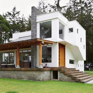 Bardzo istotne w energooszczędnym domu jest optymalne zorientowanie bryły budynku względem stron świata. Od strony południowej zaleca się stosowanie jak największych przeszkleń, które zapewnią dzienne światło i naturalną energię pozyskaną ze słonecznych promieni. Fot. Shutterstock