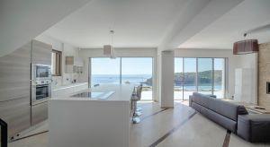 Panoramiczne okna to doskonały sposób na to, by otworzyć wnętrza domu na otaczający widok. To również najlepsza metoda na doświetlenie pomieszczeń dziennym światłem. A przecież światło to życie, dobre samopoczucie i energia do działania!