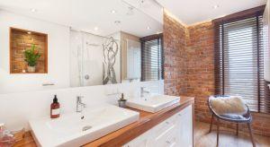 W naszej galerii pokazujemy 10 zdjęć z polskich łazienek z cegłą (lub jej imitacją) na ścianie. Jak Wam się podobają takie aranżacje?