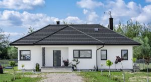 Dach to wizytówka domu, która w dużej mierze decyduje o jego wyglądzie. Idealny dach jest solidny, współgra z otoczeniem i oddaje charakter właścicieli. Jego projekt warto dobrze przemyśleć, gdyż pokrycie będzie zdobić bryłę budynku przez k