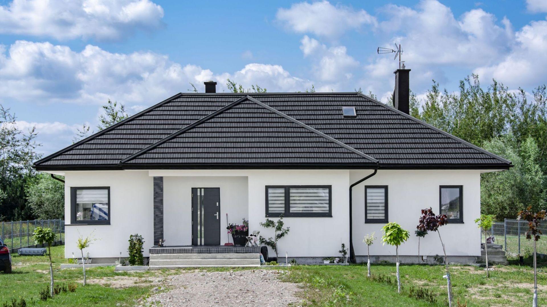 Nowoczesny dom z dachem stylizowanym na podhalański gont. Fot. Blachotrapez