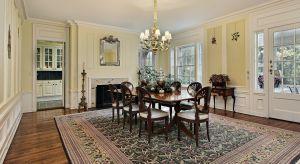 Gustowne podłogi, solidne drzwi, starannie wykończone ramy okienne, stylowe meble i dodatki. Wszechstronne właściwości drewna sprawiają, że coraz częściej jest ono motywem przewodnim aranżacji przytulnych wnętrz z niepowtarzalnym charakterem.