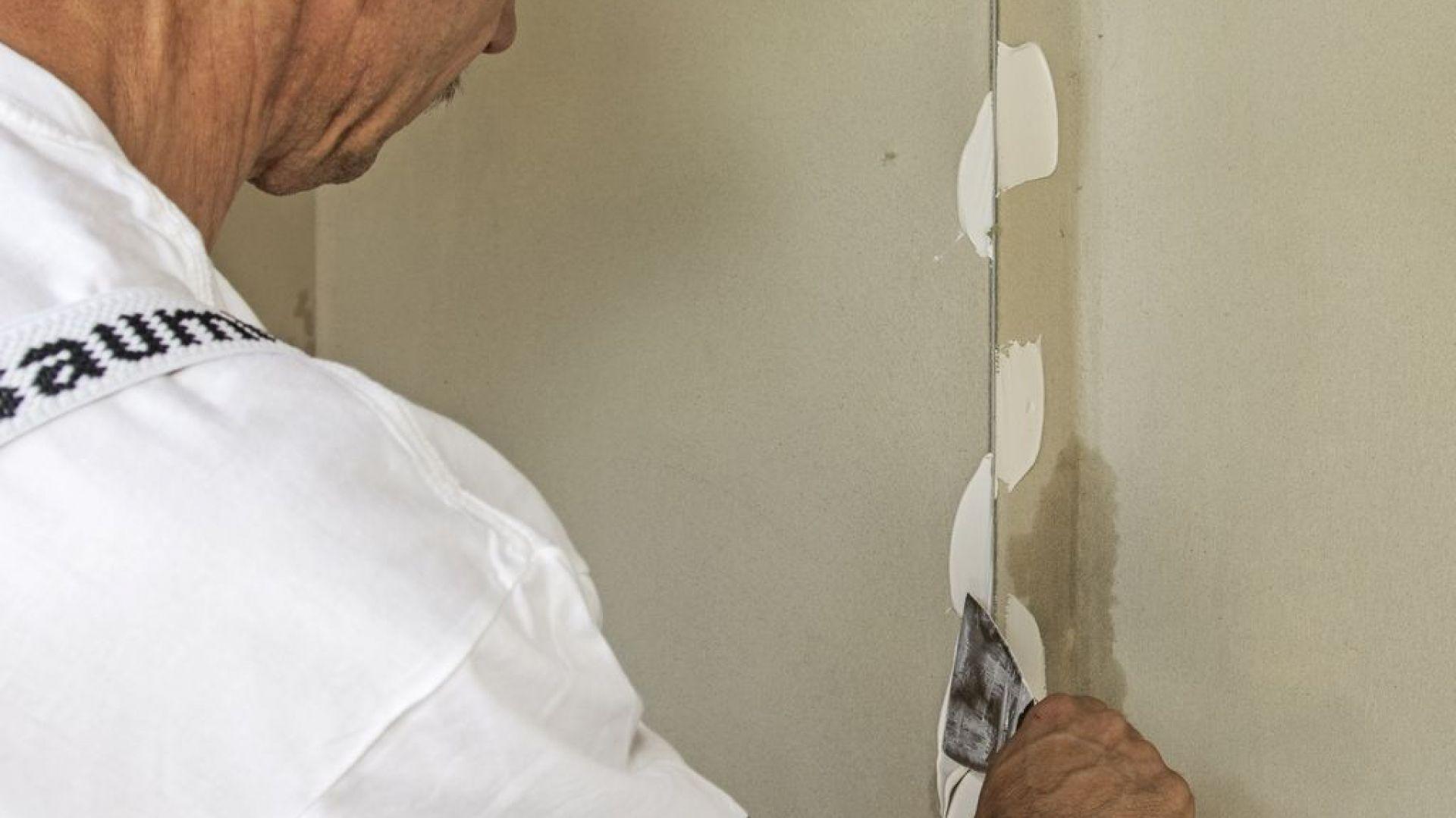 Szybki remont - szpachlowanie ścian. Fot. Baumit