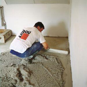 Szybki remont - wykonanie szybkowiążącej posadzki cementowej. Fot. Baumit