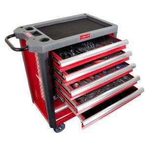 Kompleksowo wyposażona szafka narzędziowa Proline, oznaczona symbolem 33119, zawiera aż 250 profesjonalnych narzędzi gotowych do użycia. Ten zestaw sprawdzi się idealnie do przeprowadzania nawet bardzo skomplikowanych napraw. Fot. Proline