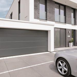 Urządzamy garaż - brama garażowa LPU 42. Zbudowana z segmentów o grubości 67 mm z przegrodą termiczną. Współczynnik przenikania ciepła U dla pojedynczego segmentu wynosi 0,33 W/(m2K), a dla zamontowanej bramy o wymiarach 5 x 2,125 m – 1,0 W/(m2K). Fot. Hörmann