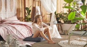 Wakacyjny klimat w sypialni zapewni kolorowa bawełniana pościel oraz stylowe dodatki.