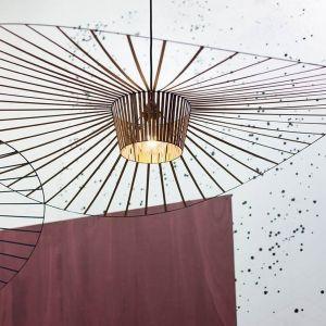 """Projektantka nazwała lampę - """"kryjówką"""". Jest jednocześnie eteryczna i graficzna. Adaptuje się zarówno do dużych, jak i do małych przestrzeni. Fot.Petite Friture"""