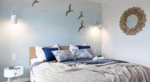 Lekki, nadmorski klimat mieszkania uzyskano przy czynnym zaangażowaniu artystów z Trójmiasta. Na charakter apartamentu w dużym stopniu wpływa też drewno, pojawiające się w wielu różnych, często nieoczywistych formach.