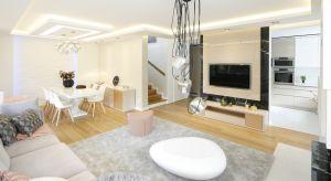 Piękny salon połączony z jadalnią robi wrażenie nie tylko przestrzenią, ciekawym doborem designerskich mebli i dodatków, ale także efektownym użyciem kolorów.