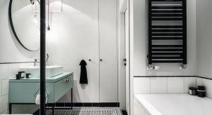 Urządzona w stylu skandynawskim łazienka uwodzi spokojnym chłodem i prostotą form. Nie jest jednak pozbawiona charakteru – ostry pazur nadają jej czarne detale w industrialnym klimacie.<br /><br />