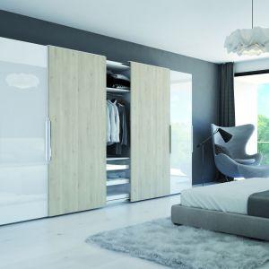 W dobrze zaprojektowanej szafie znajdzie się miejsce na ubrania, buty czy bieliznę ibez obaw zaprezentujemy jej wnętrze. Fot. Hettich