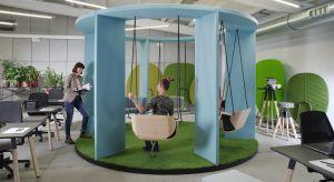 Dobrze zaprojektowane, nowoczesne biuro to nie tylko wizytówka firmy, lecz także sposób na dobre samopoczucie i podniesienie efektywności pracowników. Podpowiadamy kilka nietypowych rozwiązań.
