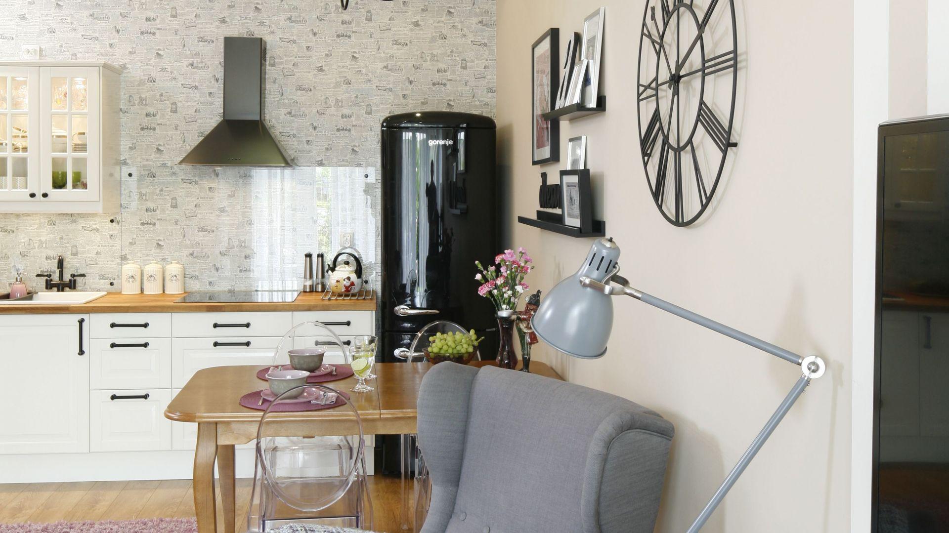 Salon z otwartą kuchnią urządzony w stylu retro. Projekt: arch. Joanna Morkowska-Saj. Fot. Bartosz Jarosz