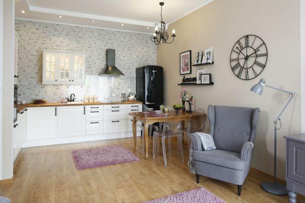 Salon z aneksem kuchennym - piękne wnętrze w klimacie retro