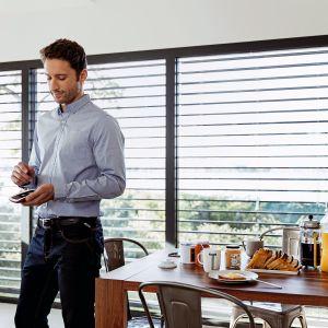 Sterować wszystkim urządzeniami w domu za pomocą jednego pilota? Dzięki technologiom smart jest to możliwe. Nowy, dotykowy pilot Nina Timer marki Somfy z opcją programowania czasowego i intuicyjnym interfejsem pozwoli sterować m.in. roletami czy bramami wyposażonymi w napędy, działającymi w technologii io-homecontrol. Fot. Somfy