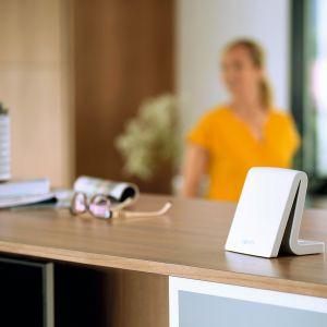 Tahoma Premium od firmy Somfy to centrala umożliwiająca sterowanie roletami, bramami garażowymi i wjazdowymi, alarmami i innymi urządzeniami domowymi. Możemy nimi zarządzać za pomocą smartfona, z dowolnego miejsca na świecie, tworzyć scenariusze dopasowane do naszego stylu życia, do poszczególnych dni tygodnia. Fot. Somfy