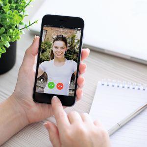 Intercom to urządzenie, które pozwala na wideo-rozmowę pomiędzy domownikiem, a osobą, która dzwoni do mieszkania. Kluczową zaletą tego rozwiązania jest odbieranie połączeń na smartfonie, co umożliwia rozmowę nawet, gdy nikogo nie ma w domu. Fot. Fibaro