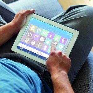 Urządzenia spod znaku domu inteligentnego umożliwiają nam zarządzanie wieloma funkcjami domu dosłownie jednym palcem – za pomocą tabletu lub smartfonu. Fot. Yale