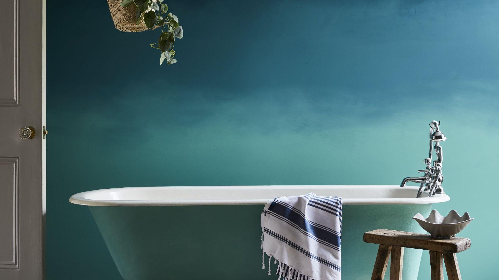 Łazienka ombre to efekt połączenia dwóch odcieni Chalk Paint™ : ciemniejszego Aubusson Blue i jaśniejszego Provence. Fot. Annie Sloan