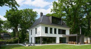 Przykład renowacji domu w Nadrenii Północnej-Westfalii pokazuje, w jaki sposób nowoczesna stolarka otworowa może zmienić stary budynek w efektowną rezydencję, nadając jej indywidualną oprawę.
