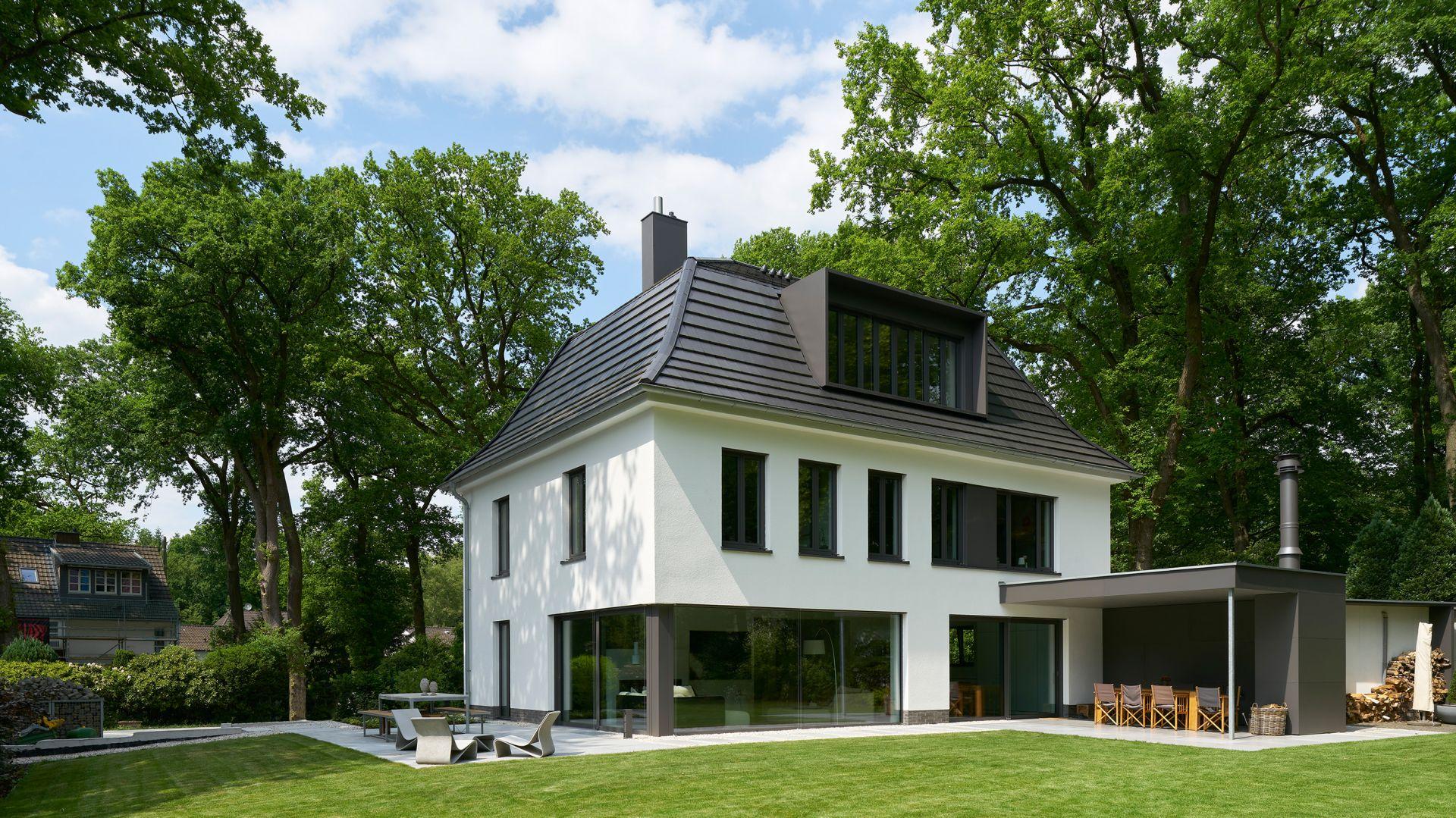 Całkowicie zrekonstruowano dach, a wewnętrzną strukturę przystosowano do indywidualnych wymagań członków rodziny. Fot. Schüco