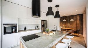 Salon z otwartą lub półotwartą kuchnią to najpopularniejszy ostatnio sposób aranżacji strefy dziennej w naszych domach. Zobaczcie najciekawsze pomysły.