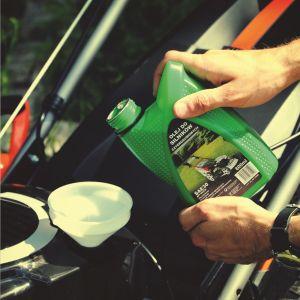 Po każdym koszeniu maszynę warto solidnie wyczyścić, zapobiegając chociażby powstawaniu rdzy. Kluczowe znaczenie ma też systematyczna kontrola oleju.Fot. Krysiak