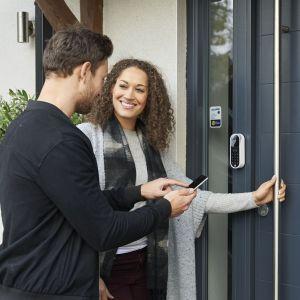 Drzwi otwierane smartfonem zamek Enter. Fot. Yale