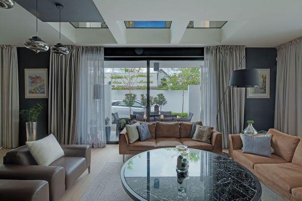 Piękny dom to coś więcej niż tylko bryła. To kompozycja składająca się z wielu elementów, które powinny do siebie pasować. Jednym z nich jest stolarka okienna.