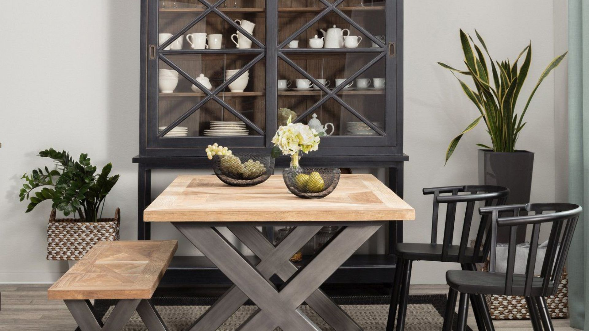 Minimalistyczne wnętrze - meble i dodatki: stół Moscal, ława Moscal, krzesła Medlen Black. Fot. Dekoria.pl
