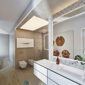 Wyposażenie, czyli sanitariaty i kabina prysznicowa z odpływem w posadzce, znajdują się tylko po jednej stronie. Projekt:  81.waw.pl. Fot. Budzik Studio