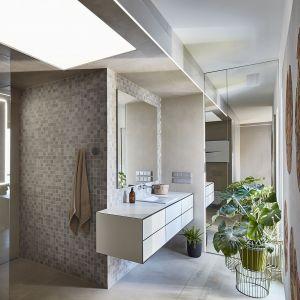 Prywatna część domowników, czyli sypialnia, garderoba i łazienka, stanowią odrębną część mieszkania. Projekt:  81.waw.pl. Fot. Budzik Studio