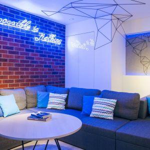 Mapa wychodzi z wnęki za kanapą na ściany i sufit w abstrakcyjnej formie. Projekt: Zuzanna Antkiewicz-Wydra (DIZU Studio Projektowe). Fot. Michał Rezik