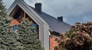 """Dach określany jest czasem jako """"piąta elewacja"""", chroniąca mieszkańców przed zmiennymi warunkami atmosferycznymi.Podpowiadamy, jakzadbać o odpowiedni materiał i detale, by połać dachowa zachowała trwałość i szczelność przez l"""