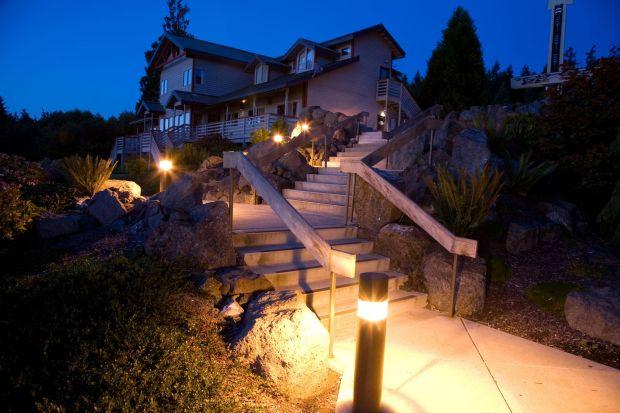 Oświetlenie to bardzo istotny element aranżacji, umożliwiający kreowanie nastroju nie tylko wewnątrz, ale i na zewnątrz domu. Ważną rolą zewnętrznego oświetlenia jest również zapewnienie bezpieczeństwa osobom korzystającym po zmroku ze scho