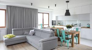 Przestronne mieszkanie o powierzchni 88 mkw. zachęca do pozostania w nim na dłużej. Mieszkająca tu rodzina spędza czas wśród jasnych, kojących kolorów ocieplonych przytulnymi tekstyliami i naturalnym drewnem.