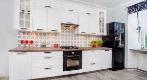 Szkło umocniło swoją pozycję w aranżacjach kuchennych, w których pełni funkcję frontów meblowych. Przejrzyste witryny szklane nadają zabudowie ponadczasową lekkość i reprezentacyjny charakter.