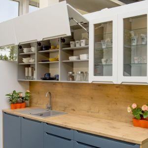 Witryny szklane w nowoczesnych aranżacjach kuchennych. Fot. KAM