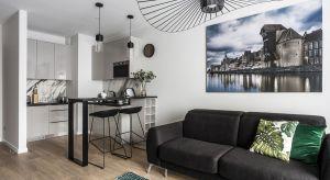 Wyrafinowane połączenie kolorów, wyszukane materiały, dobry design, a do tego niezwykle atrakcyjna lokalizacja nad samym brzegiem Motławy sprawiły, że ten niewielki gdański apartament robi duże wrażenie.