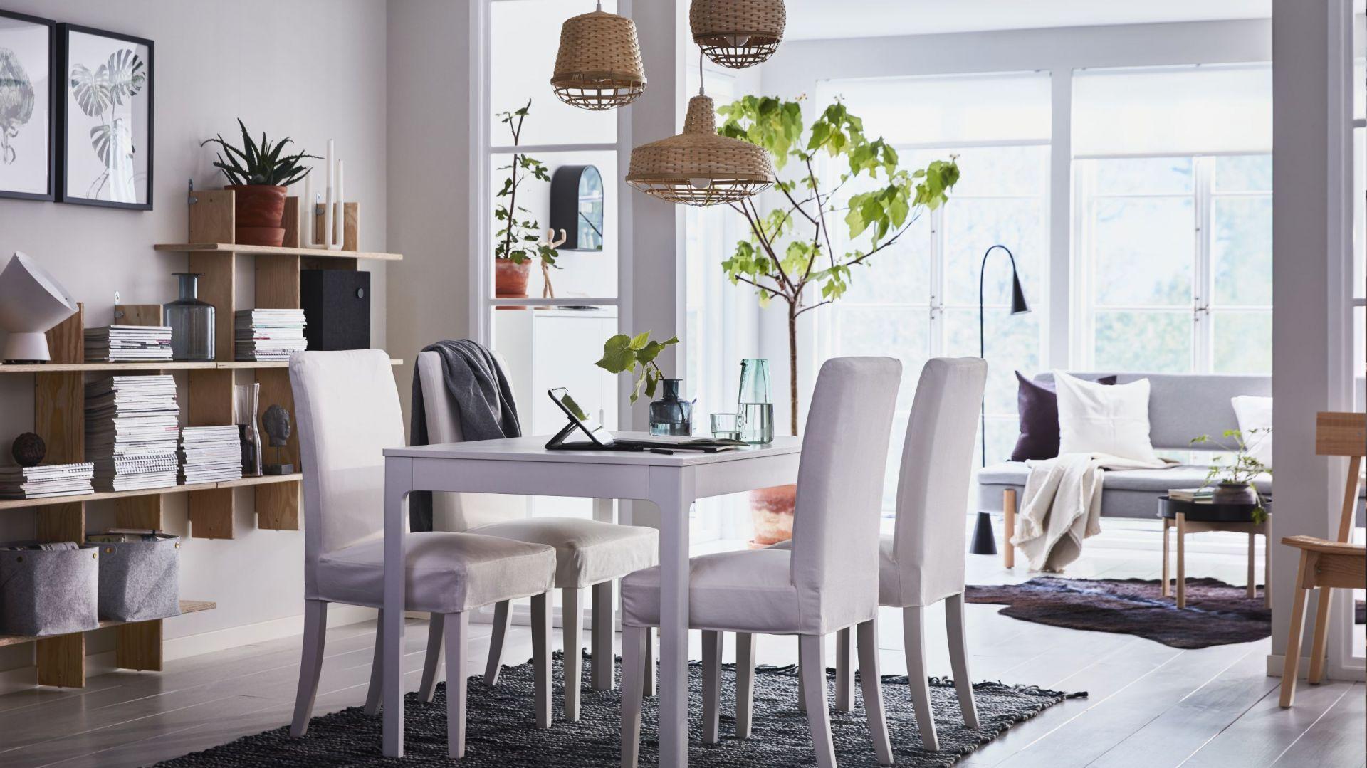 Stół rozkładany Bjurtsa można dopasować do własnych potrzeb, dzięki dwóm dodatkowym blatom. Fot. IKEA