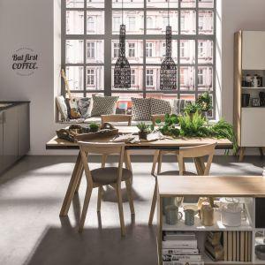 Drewniany stół Nature z sześcioma szufladami i wnęką przez całą długość stołu. Fot. Vox