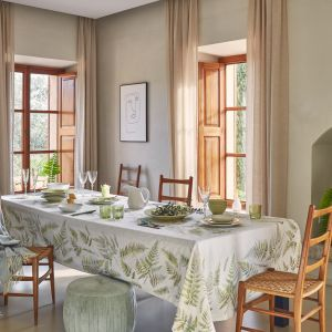Żakardowy obrus z nadrukiem oraz porcelanowe akcesoria stołowe w kształcie liści paproci z kolekcji In Bloom. Fot. Zara Home