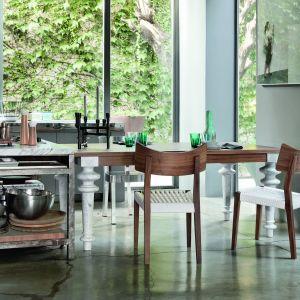 Stół Gray 32 z drewna dębowego lub orzechowego. Dostępny także z ceramicznymi nogami i kamiennym blatem. Fot. Gervasoni