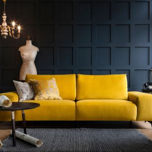 Sofa Romano marki Rom w obiciu z tkaniny welurowej; nóżki w jednym z pięciu rodzajów wykończeń. Fot. Swarzędz
