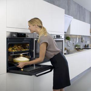 Piekarnik z linii Chef Collection, dzięki technologii Dual Cook pozwala przyrządzić dwie potrawy równocześnie. Fot. Samsung