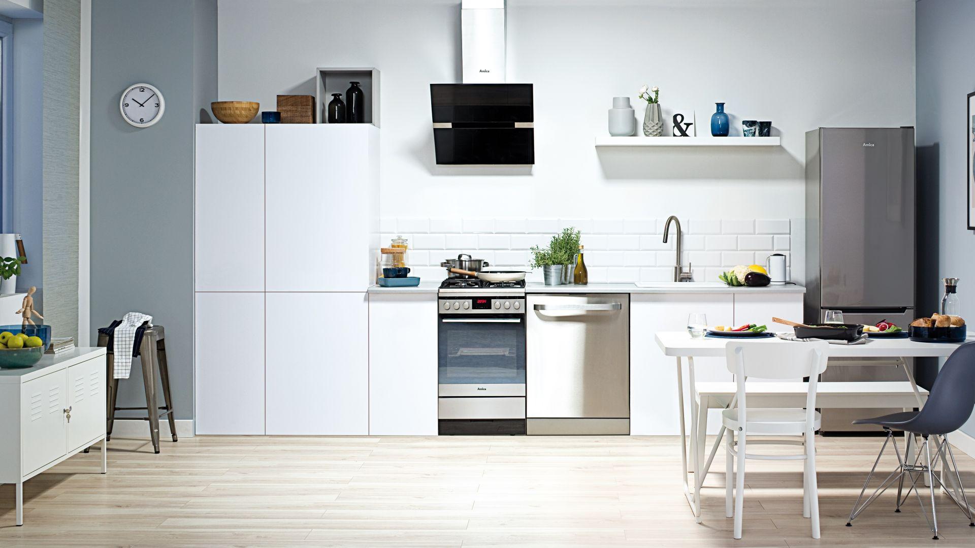 Kuchnia wolno stojąca gazowo-elektryczna 522GE2.33ZpPF(Xx) wyposażona w piekarnik oraz płytę  gazową. Fot. Amica