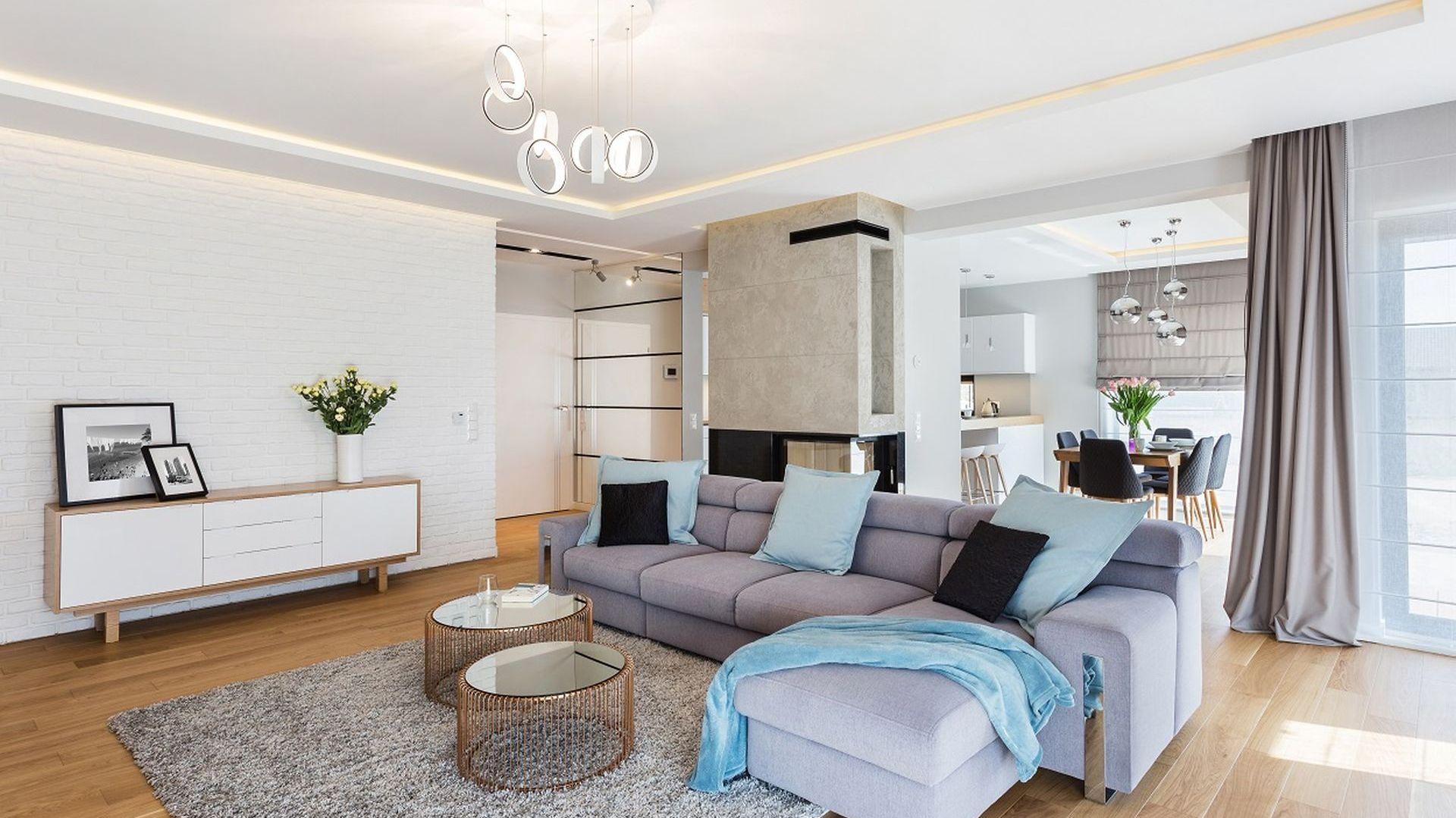 W tym salonie znajdziemy wszystko, co najlepsze w stylu skandynawskim. Projekt: Agnieszka Gentiletti (Architetto). Fot. Michał Młynarczyk