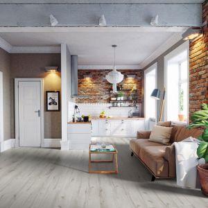 Kolekcja paneli podłogowych Villa o szerokiej desce, drewnianej strukturze i V-fudze. Jasna, subtelna kolorystyka rozjaśni wnętrze i je optycznie powiększy. Fot. RuckZuck